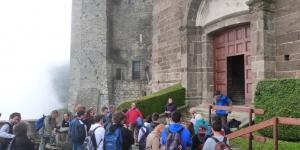 L'ingresso dell'Abbazia con la guida di Barbara Rizzioli